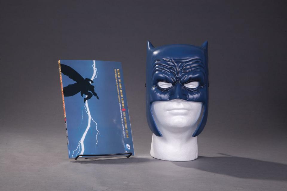 Batman: The Dark Knight Returns (Book & Mask Set)